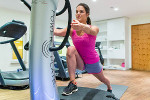 Frau beim Power Plate Training